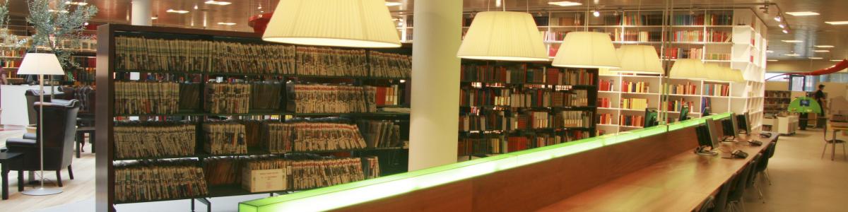 Langt mahognibord på Hjørring Bibliotek