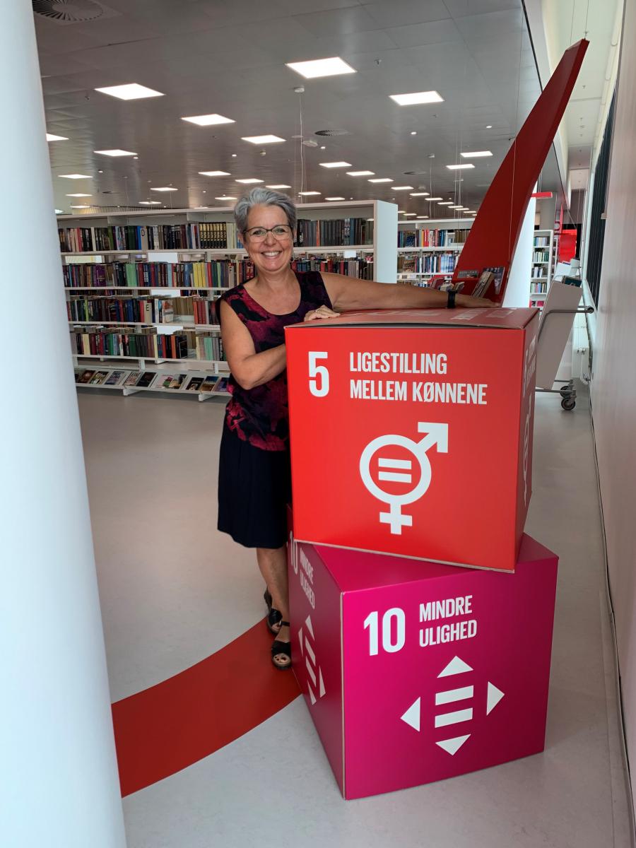 Lone Due Bak med bog om Verdensmål nr. 10: Mindre ulighed