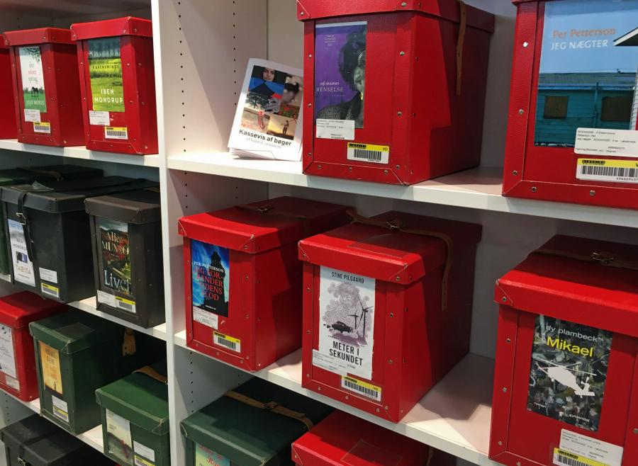 Reol med bogkasser på Hjørring Bibliotek