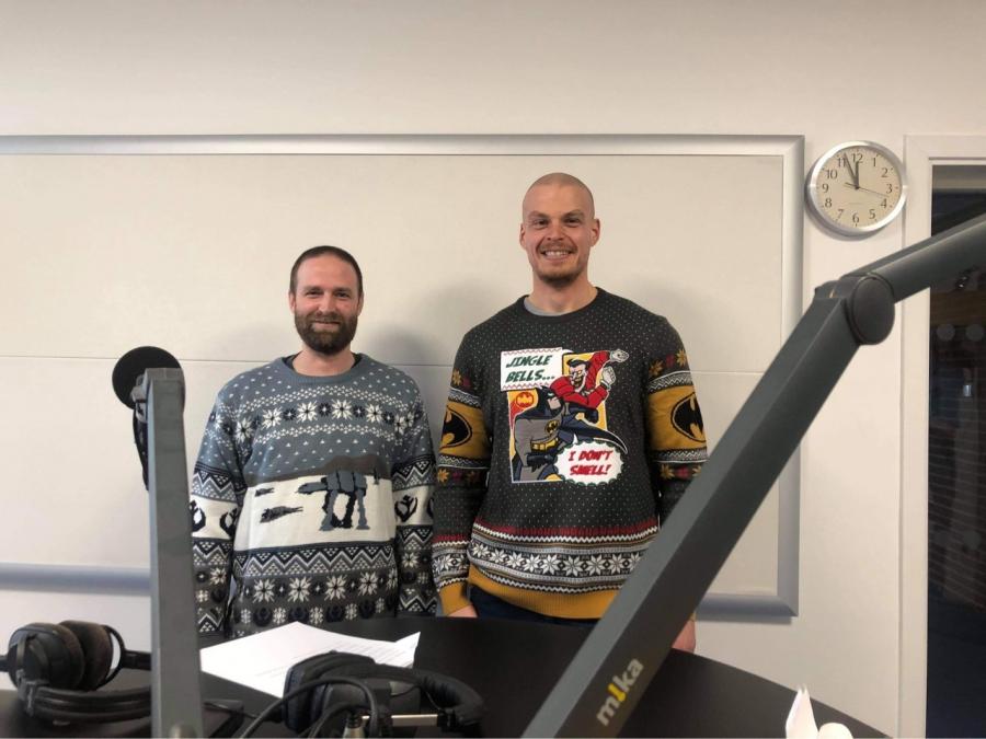 To bibliotekarer i julesweatre på besøg hos Radio Skaga FM