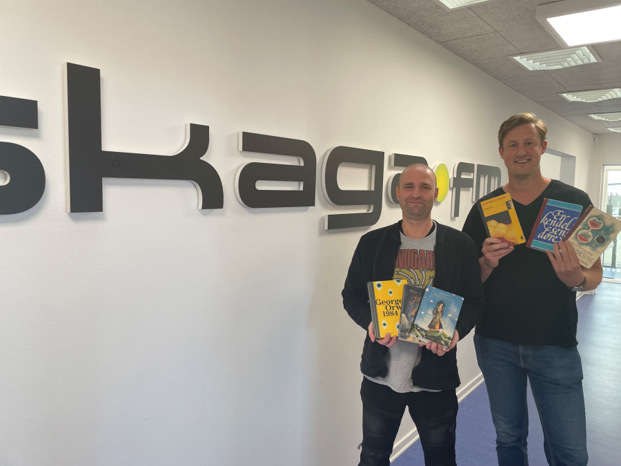 Lars og Frederik står med de omtalte bøger