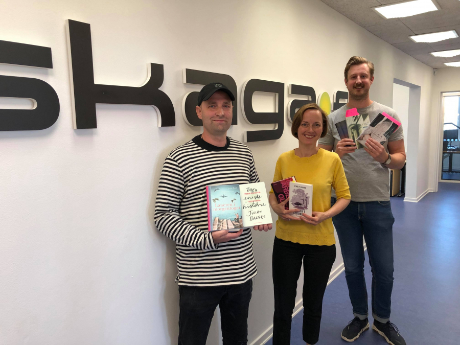 Lars, Lene og Frederik står med de omtalte bøger